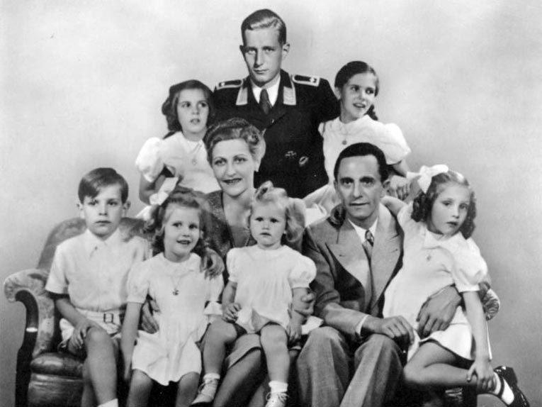 Геббельсы (1942). Вверху слева направо: Хильда, Харальд, Хельга. Внизу слева направо: Хельмут, Хедда, Магда, Хейда, Йозеф и Хольда