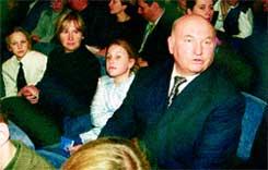 Юрий ЛУЖКОВ с женой Еленой БАТУРИНОЙ и дочерьми Леной и Олей