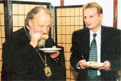 СКРОМНАЯ ТРАПЕЗА: митрополит Кирилл и Владимир Казаков вкушают не спеша