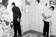 ПОСТАВЩИКИ ОРУЖИЯ (племянник экс - президента Ингушетии справа): в доме, где их задержали, стены были увешаны портретами генерала Аушева