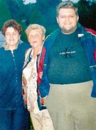 ВЕРА ДЕРБЕНЕВА (в центре): с соседкой Галиной и вашим покорным слугой