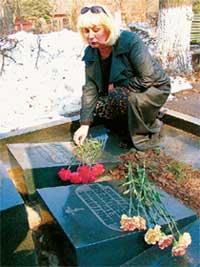 СЕМЕЙНОЕ ЗАХОРОНЕНИЕ: возложив цветы, Вика долго не уходила от маминой могилы