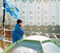 ЛИЦОМ К ЛИЦУ: несколько палаток стоят напротив здания Кабинета министров Украины