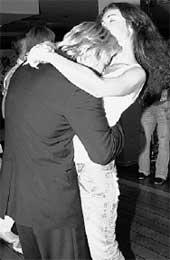 Большие таланты как дети. Вот и Николай Басков во время танца с женой Светланой словно голодный младенец тянулся к ее груди