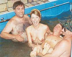 ДАЧНАЯ ОРГИЯ: из-за неполадок в канализации артисты плескались в грязной воде