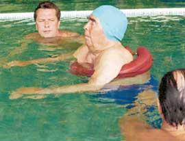 БРЕЖНЕВ И СОПРОВОЖДАЮЩИЕ ЕГО ЛИЦА: одно из последних купаний в бассейне загородной резиденции