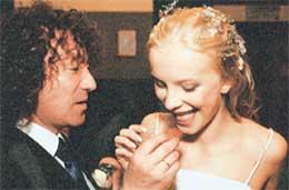 НА СВАДЬБЕ: Катя ела у жениха с руки