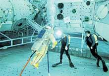 БАССЕЙН ЗВЕЗДНОГО ГОРОДКА: в нем космонавты отрабатывают свое поведение в безопорном пространстве