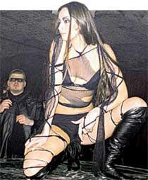 ЖРИЦА (ЗАЛИНА ДЗУЦЕВА): заводила толпу эротическими танцами