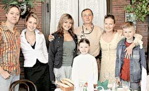 СЕМЕЙНОЕ ФОТО (слева направо): сын Иван, невестка Юля, дочка Маша, Николай Петрович, внучка Даша, жена Инга, сын Илья