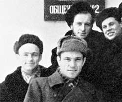 ВОЗЛЕ ВГИКОВСКОЙ ОБЩАГИ: слева - Николай Рыбников, вверху - Вадим Захарченко