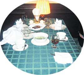 ПОСЛЕ ТРАПЕЗЫ: Сергей подкрепился кофе с коньячком, настя поклевала овощной салат и осилила полчашки бульона