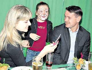 ДМИТРИЙ АЛЕНИЧЕВ: в компании с женой и дочерью веселился от души