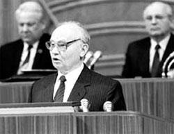 НА ТРИБУНЕ: его внимательно слушали Ельцин и Горбачёв (фото www.tj.ru)