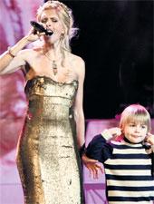 ШАЛУН ГРИШУТКА: выбегал на сцену и мешал мамочке петь (фото Сергея Михеева / «КоммерсатнЪ»