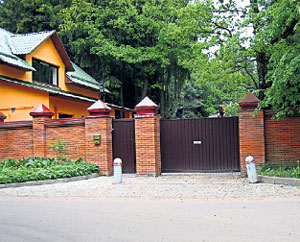 ПАРАДНЫЕ ВОРОТА: рядом с въездом на дачу расположился дом для прислуги и охраны