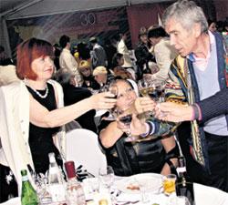 НА ТРОИХ: Татьяна Михалкова с удовольствием чокнулась с супругами Николаевыми