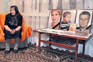 Мама Александра всё время проводит рядом с фотографиями погибших детей