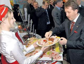 Рука главы минсельхоза Алексея ГОРДЕЕВА по привычке тянется к российским продуктам