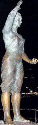 Памятник девушке, ждущей своего моряка, в Испании стал местом паломничества влюблённых
