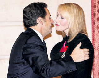 Вместе с орденом САРКОЗИ одарил даму поцелуем