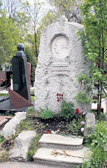 Памятник на могиле СМОКТУНОВСКОГО возвели при поддержке государства
