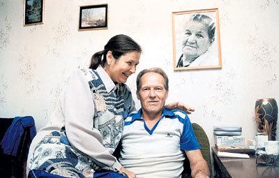Михаил Николаевич с женой Натальей рядом с портретом мамы Клавдии Васильевны (октябрь 1997 г.)