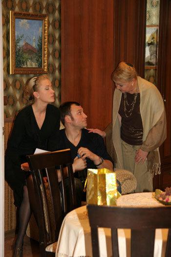 Константин на съёмках сериала с экранными невестой Майей (актриса Евгения СОЛЯНЫХ) и мамой (актриса Наталья ГВОЗДИКОВА)