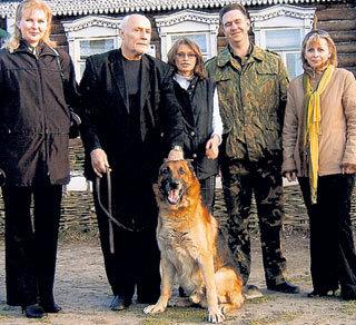 Перед домом-музеем А. П. Чехова с супругой, домашним любимцем - овчаркой Оденом и поклонниками, попросившими сфотографироваться вместе с ними