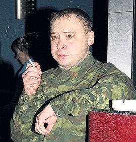 Главный актёр «… магазина» Алексей БОГДАШКИН, возбужденный сексапильными красотками, нервно курил в тёмном уголке