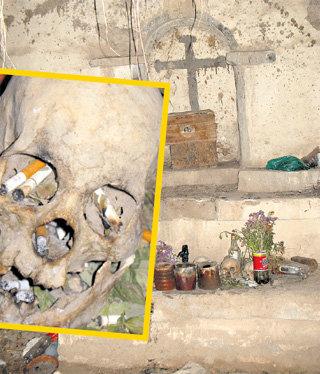 Кладбищенская часовня. Сюда несут черепа родственников из могил, переданных под новые захоронения. В день мёртвых в банках зажигают свечи, а в черепа кладут зажженные сигареты - индейцы всегда курили и это знак уважения к усопшим