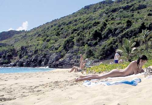 Окна особняка выходят на «губернаторский пляж», входящий, по версии журнала «Forbes», в десятку  лучших нудистских пляжей мира
