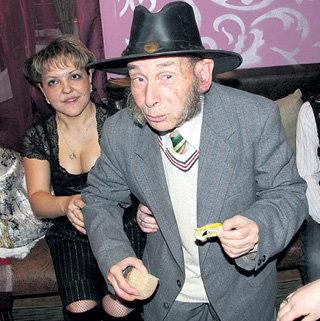 На своём юбилее Томба всех угощал пирожным из хлеба с лимоном