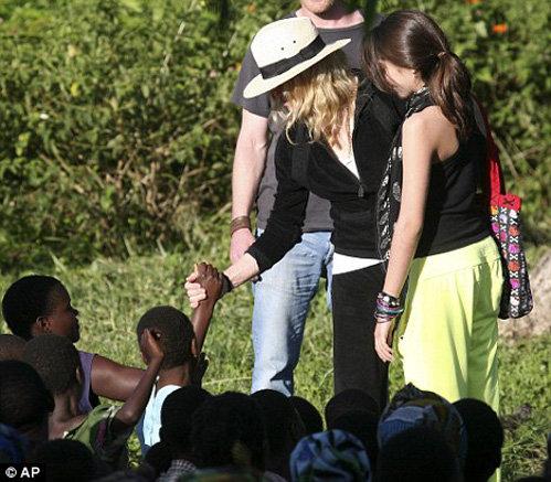 Мадонна и Лурдес здороваются с жителями деревни