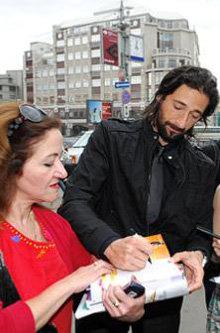 Актер раздает автографы (фото ИТАР-ТАСС)