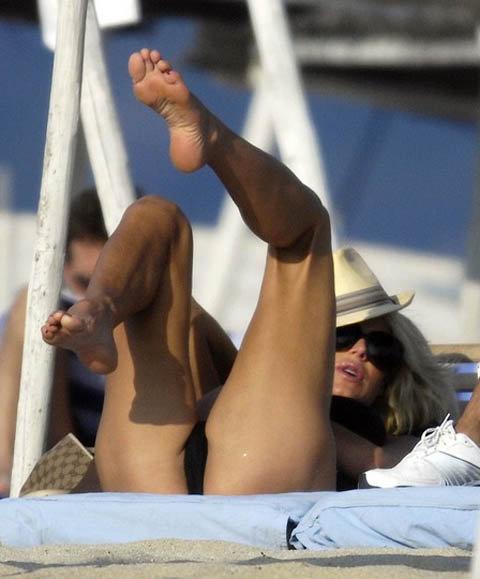 ...Аж подрыгивая ножками от удовольствия. Фото: celebrity-gossip.net