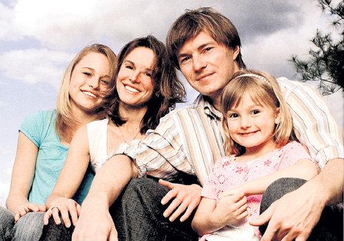 Катя ГОРДЕЕВА с дочками Дашей (слева), Лизой и вторым мужем - Ильёй КУЛИКОМ (фото gordeeva.blogspot.com)