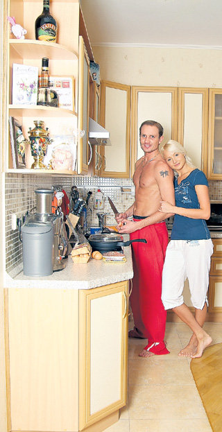 Роман иногда сам готовит Оксане завтрак (фото vip-foto.ru)