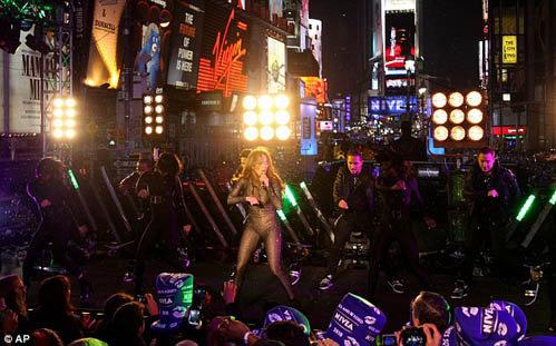 Концерт проходил на нью-йоркской Таймс Сквер. Фото: Daily Mail