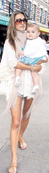 Анья-Луиза все такая же толстушка, а мама после родов похудела