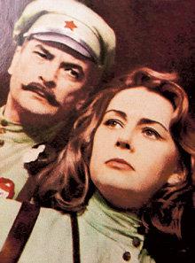 С Петром ГЛЕБОВЫМ актриса играла в театре имени Станиславского (сцена из спектакля «Однажды в 20-м»)