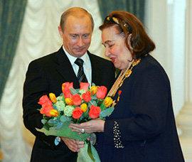 Владимир Путин вручает Ирине Архиповой орден Святого Андрея Первозванного (фото РИА Новости)
