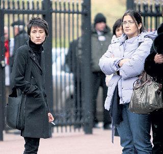 На похоронах КАЛМАНОВИЧА его старшая  дочь Лиат (в светлой куртке) не захотела разговаривать с Земфирой - любимой подругой мачехи Насти