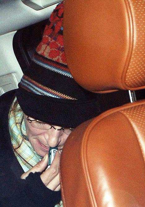 Сев в машину, актриса принялась тщательно смазывать губы лечебным бальзамом. Видимо, нежная кожа не выдерживает страстных поцелуев ее возлюбленного-миллиардера. Фото: Daily Mail