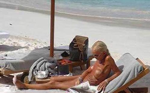 Звезда загорает на острове Сент-Бартс - излюбленном месте отдыха богатых и знаменитых. Фото: celebrity-gossip.net