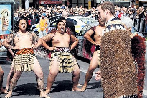 Представители народности маори подарили накидку из перьев киви и исполнили боевой танец хака