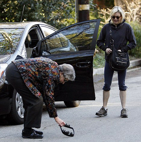 Пожилая дама принялась подбирать отвалившиеся детали автомобиля