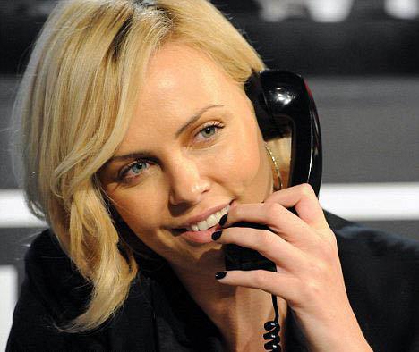 Шарлиз не надела подаренное Стюартом кольцо с незабудками на прошлой неделе, когда она принимала участие в телемарафоне в пользу Гаити. Фото: Daily Mail