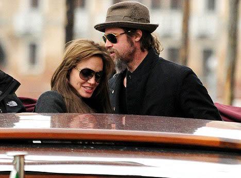 Анджелина и Брэд, по слухам, только изображают счастливую семью. Но если это так, то делают они это весьма убедительно. Фото Daily Mail.