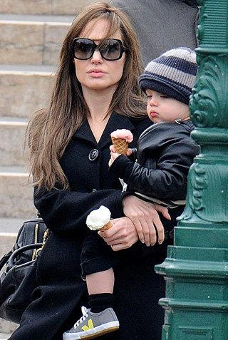 Кнокс лениво ест мороженое, которым и так питается дома - фото The Daily Mail